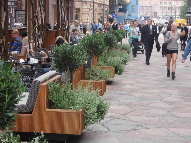 Хельсинки. Малые формы уличного кафе с интеграцией живой растительности в качестве природного экрана, отделяющих потоки прохожих  от посетителей за столиками. Фотография из книги предоставлена Валерием Нефедовым