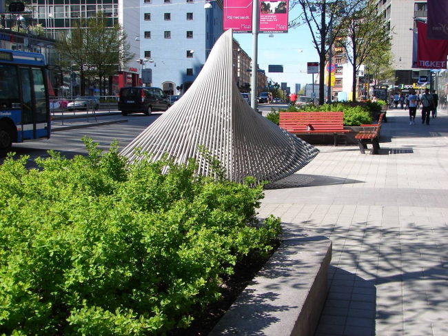 Стокгольм. Структура уличного ландшафта представляет собой чередование зеленых модулей, мест для отдыха и декоративной скульптуры. Фотография из книги предоставлена Валерием Нефедовым