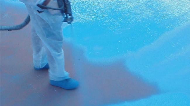 Гидроизоляция резервуара методом напыления. Фотография предоставлена компанией ООО «Полимер-проект»