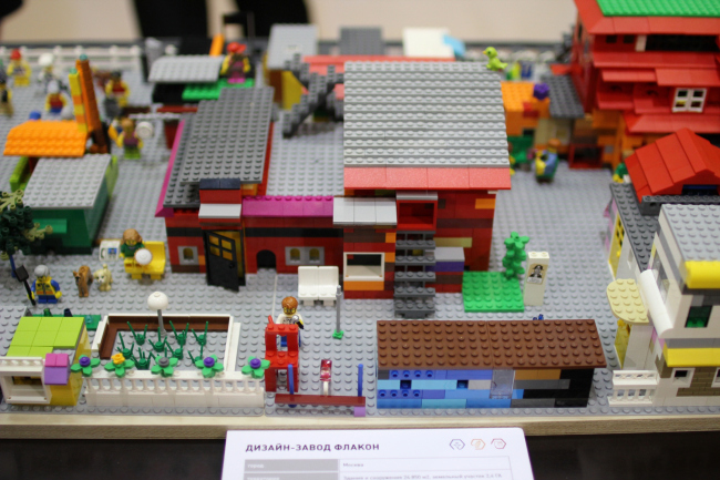 Макет Дизайн-завода «Флакон», из LEGO. «Зодчество 2015». Фотография © Юлия Тарабарина, Архи.ру