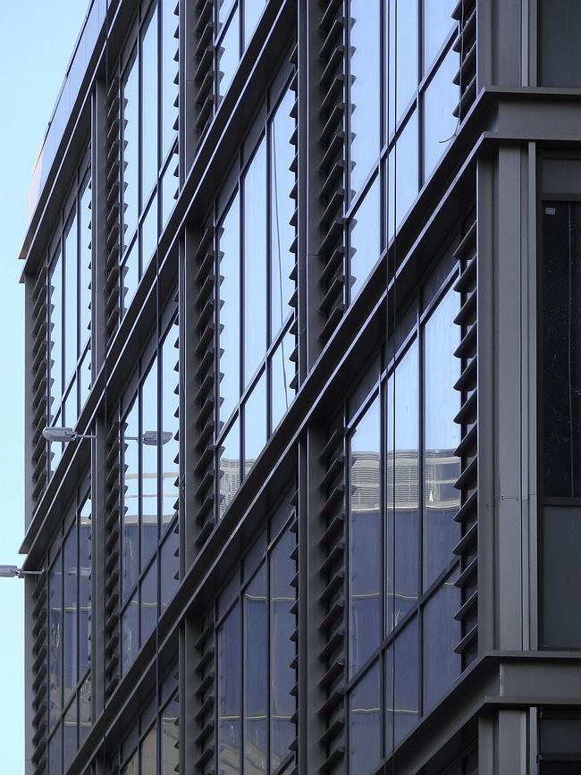 Стеклянно-металлический ризалит, выходящий в проход между офисным комплексом Павла Адреева и зданием МГТС. Самая «хайтековская» часть здания и его главный пластический акцент – взятая отдельно, она смотрится очень современно; но в целом облик нового корпуса более спокоен и традиционен благодаря активному использованию керамогранита