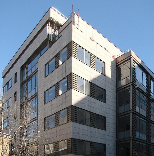 Угловой ризалит южной части здания со стороны двора. Это один из лучших видов нового корпуса, но для того, чтобы до него добраться, нужно проникнуть в глубину квартала