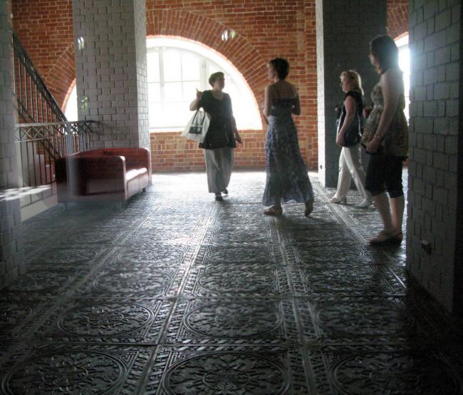 Филиал ГЦСИ в здании Арсенала в Нижнем Новгороде. Чугунные плиты в лестничном холле. Вторая очередь строительства. 2015 год. Фотография © Елена Вагина