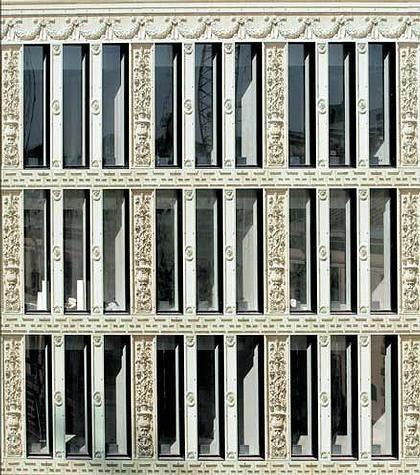 Фасад бизнес-центра «Лангензипен» в Петербруге. Его декоративное решение похоже на «Византийский дом», только там – иллюзия стекла с напечатанной на нем фотографией, в Гранатном же планируется резьба по камню