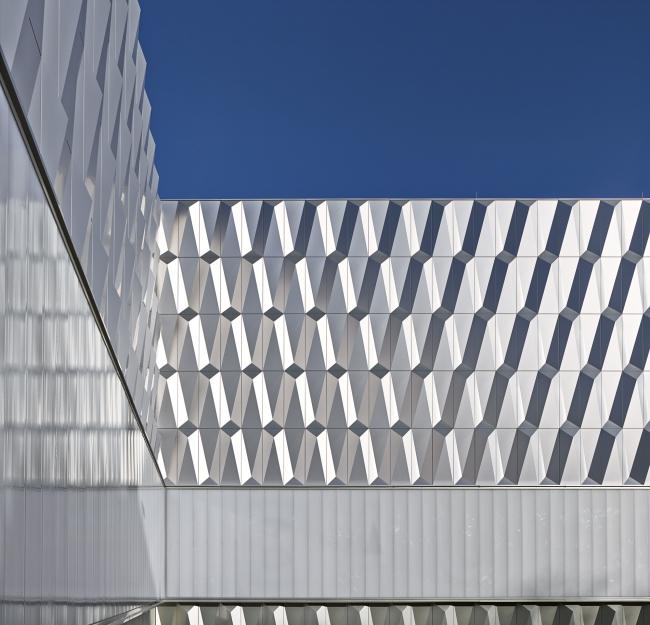 Баухауз-центр в Берлине. Отделка трехмерными панелями © Архитектурное бюро Müller Reimann Architekten. Отделка фасадов: ALUCOBOND® plus Brillantmetallic