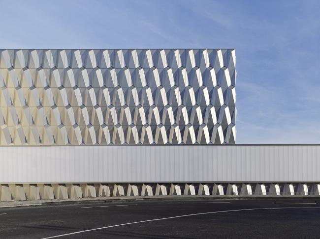 Баухауз-центр в Берлине © Архитектурное бюро Müller Reimann Architekten. Отделка фасадов: ALUCOBOND® plus Brillantmetallic