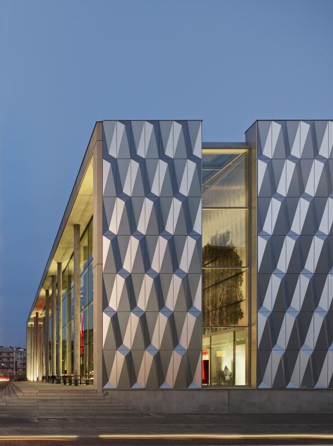 Баухауз-центр в Берлине. Стеклянный пояс © Архитектурное бюро Müller Reimann Architekten. Отделка фасадов: ALUCOBOND® plus Brillantmetallic