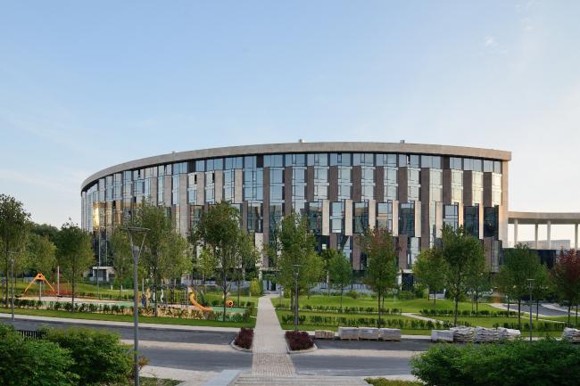 «Сколково-парк». Восточный фасад почти гладкий, эркеры выступают только в его северной части. Фотография © Алексей Народицкий, 2015