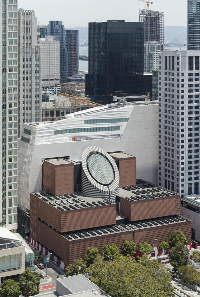 Новое крыло Музея современного искусства Сан-Франциско и главное здание по проекту Марио Ботты (1995) © Henrik Kam, предоставлено SFMOMA