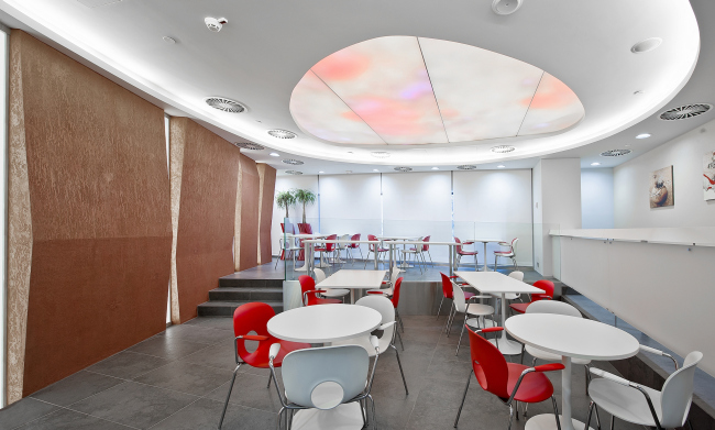 Cafeteria in Johnson & Johnson Visual Care Institute © Sergey Estrin architectural studio