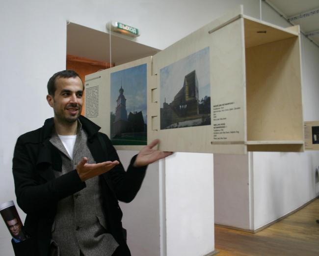 Один из гостей нижегородского фестиваля – архитектор Томас Штельмах на выставке «Уилл Прайс. Параллели» (выставка от Архиwood) в 2011 году.