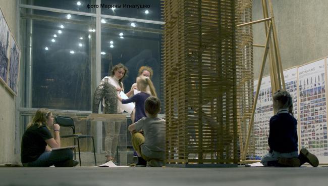 Руководитель детской архитектурной студии Марина Балуева проводит занятия среди башен Мартина Райниша