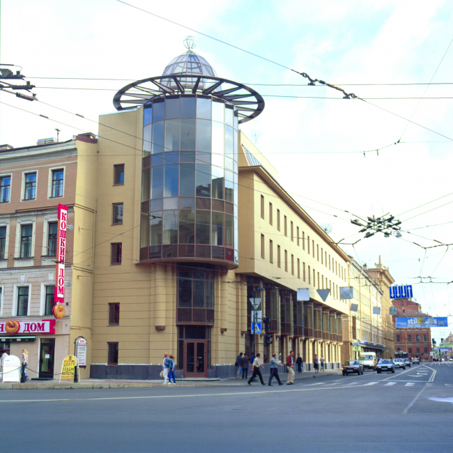 Entertainment center with apartments at 126/2, Nevsky Prospect, Central District Saint Petersburg, Russia, 2002 © Anatoliy Stolyarchuk architectural studio