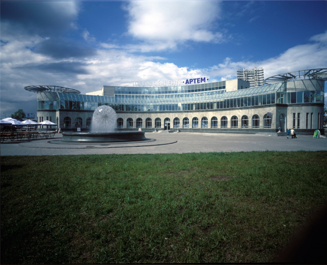 """Center of Olympic Trade (""""Artem"""" shopping mall) and the landscaping of the adjacent territoty at 20, Dobrolyubova Avenue, Saint Petersburg, Russia, 2003 © Anatoliy Stolyarchuk architectural studio"""
