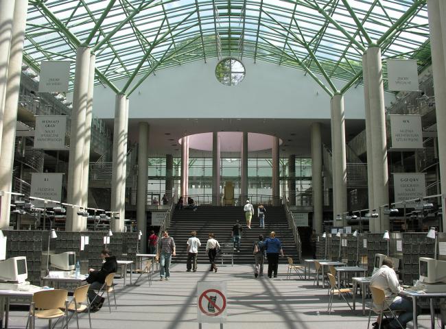 """Библиотека Варшавского университета. Холл каталогов и информации. Постройка, 2000. Фотография © Архитектурная мастерская """"Budzynski & Badowski"""""""