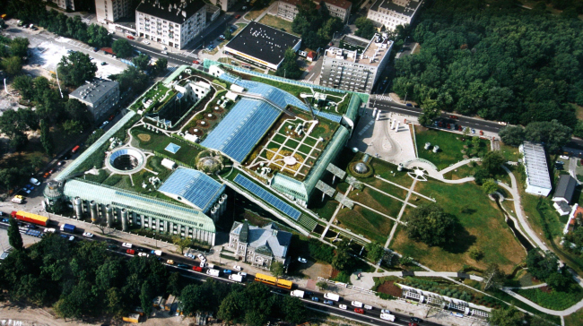 """Библиотека Варшавского университета. Вид с высоты птичьего полёта. Постройка, 2000. Фотография © Архитектурная мастерская """"Budzynski & Badowski"""""""