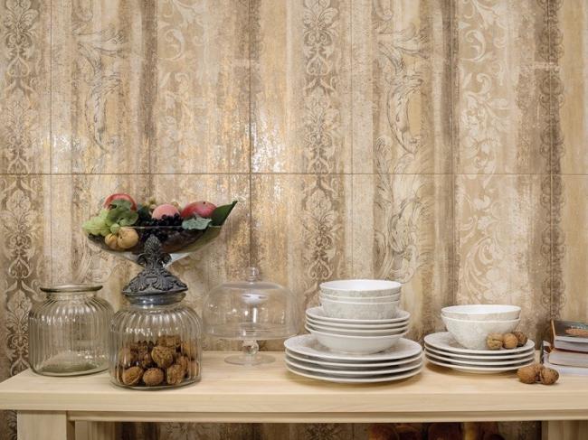 На стене Travertino+ декор Ретро в формате 25х75 см. © Италон – ЗАО «Керамогранитный завод»