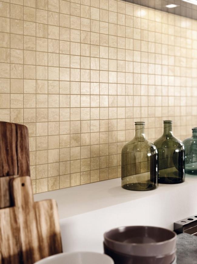 На стене кухни Travertino+ мозаика Романо в формате 30х30 см. © Италон – ЗАО «Керамогранитный завод»
