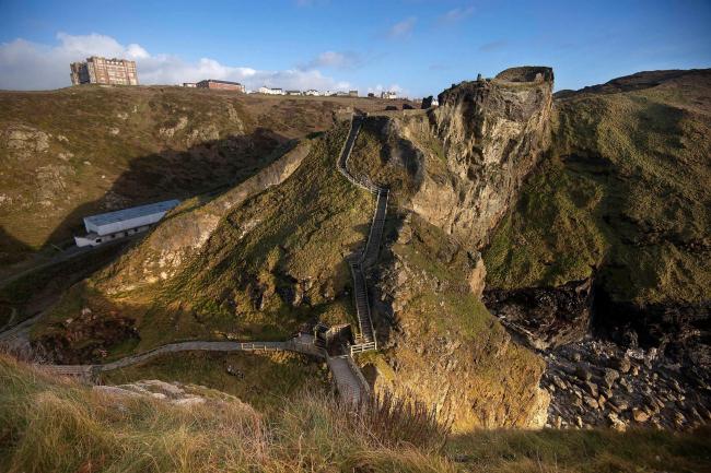 Замок Тинтагель и его окрестности. Изображение с сайта competitions.malcolmreading.co.uk/tintagel