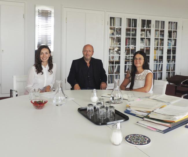 Элизабет Мерк во время интервью с Елизаветой Клепановой и Петером Эбнером