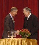 Принц Чарльз получает награду из рук профессора В.Скалли