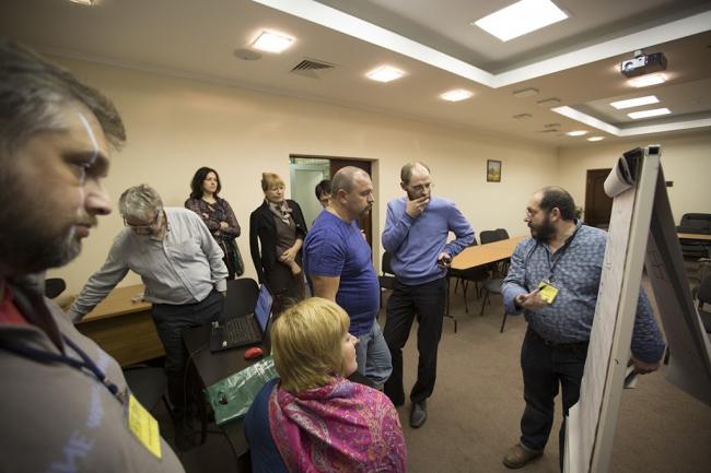 Слушатели потока «Древний Восток» обсуждают после лекции устройство боковых помещений Иерусалимского храма. Фотография предоставлена проектом «Эшколот», 2015