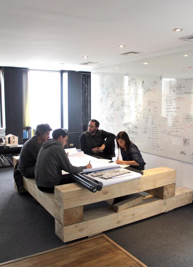 Офис ELEMENTAL. Работа над пригородным парком для чилийского города Калама. Слева направо: Алехандро Аравена, Клаудио Тапия, Гонасало Артеага (партнер), Паула Ливингстоун. 2013 © ELEMENTAL