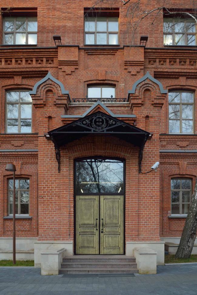 Офисное здание на ул. 2-ая Боевская. Вход. Фотография © Алексей Народицкий