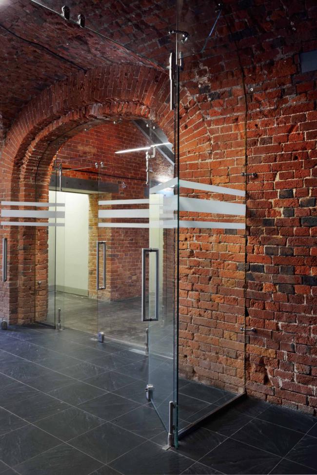 Офисное здание на ул. 2-ая Боевская. Интерьер 1 этажа. Фотография © Алексей Народицкий