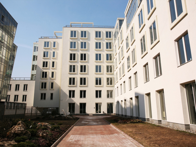 Housing project on the Gilyarovskogo Street. Construction, 2008-2009 © Ginsburg Architects