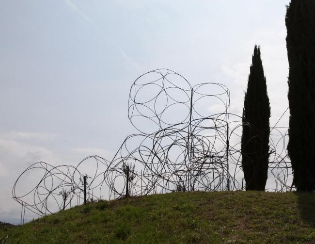 Иона Фридман. «Пространственная цепь» в Музее Винье при винодельне Ливио Феллуга (Италия). 2014. Фото © Jean Baptiste Decavele