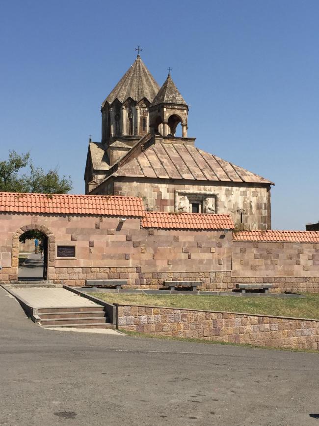 Реконструированный в конце 1990-х годов ныне действующий монастырь Гандзасар XIII века. Фото: Карен Хуршудян