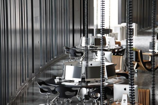 Ереванский центр ТУМО, открывшийся в 2011 году, выделяется своим оригинальным обликом: интерьеры и ландшафтный дизайн были выполнены известным ливанским архитектором Бернаром Хури (Bernard Khoury). Фото с сайта www.bernardkhoury.com