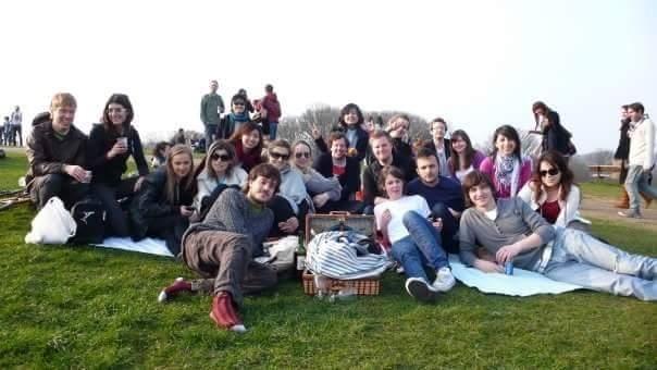 Анна Болдина. Фото пикника в Хемпстед-хит  с однокурсниками.