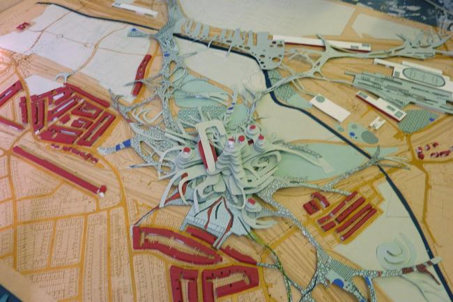 Анна Болдина. Фото макета обитаемого 3D-парка над железной дорогой с «щупальцами», уходящими в застройку.