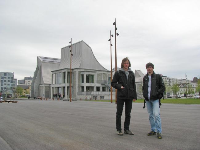 Евгений Чебышев и Константин Душкевич у Центра Утсона в Орхусе