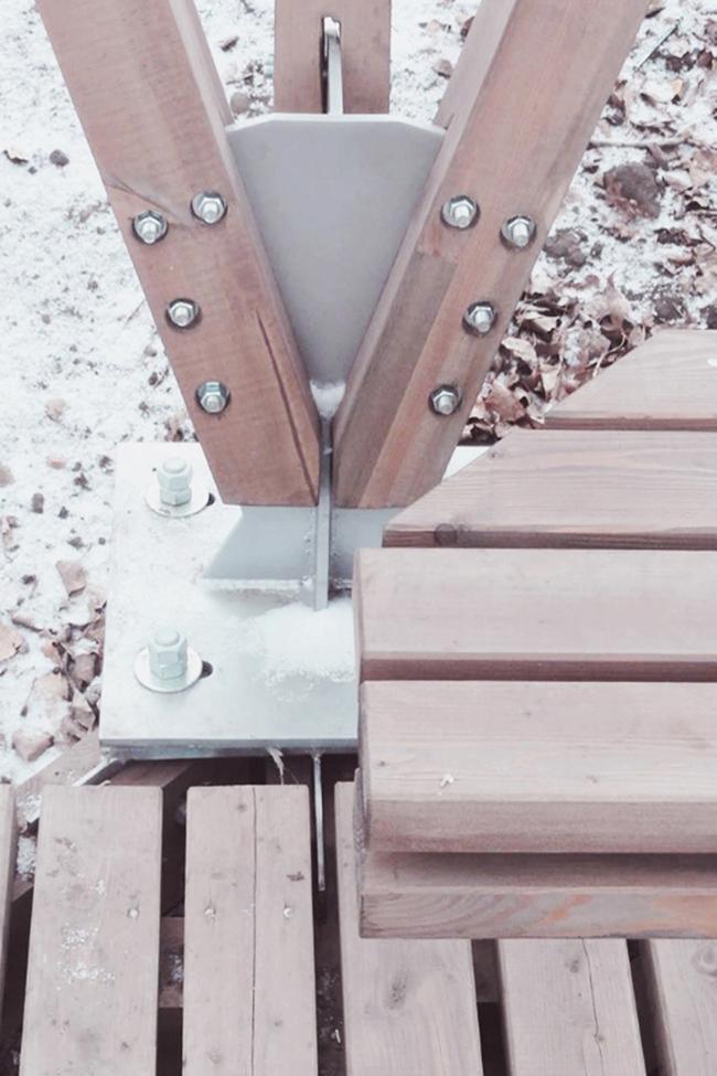 Общественные пространства на берегу озера Татышев. Терраса у воды. Опорный узел конструкции. Фотография © Алексей Мякота