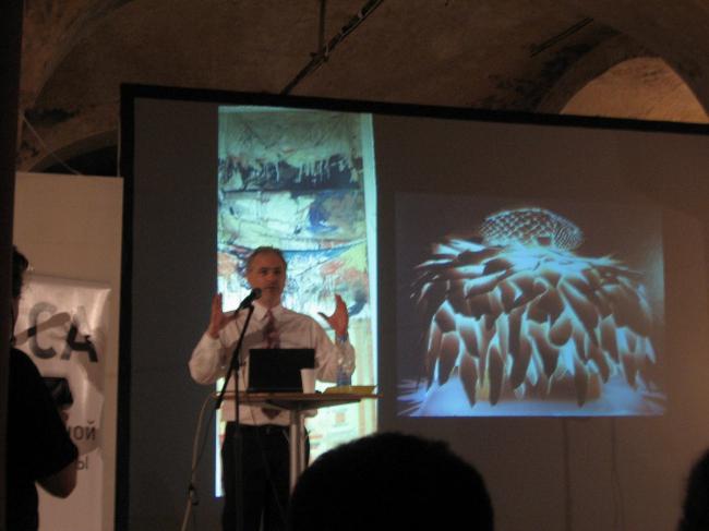 А. Бецки показывает «Дом-рыбу» Фрэнка Гери