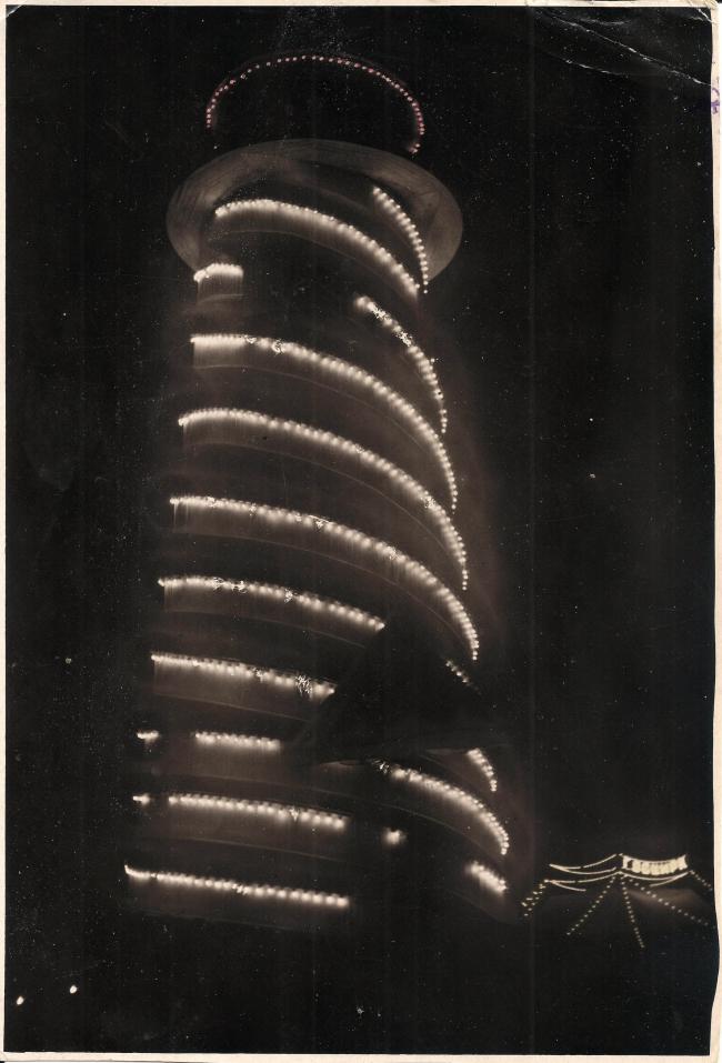 Ночная иллюминация Парашютной вышки и цирк шапито (госцирк) 1933 г. Источник: архив ЦПКиО им. Горького