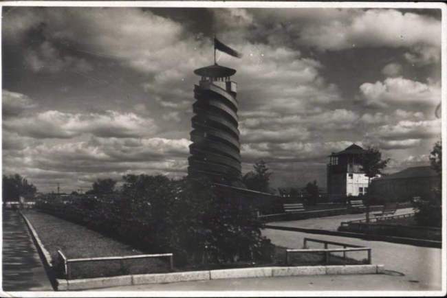 Парашютная вышка в Парке. 1930-31 гг. Источник: архив ЦПКиО им. Горького