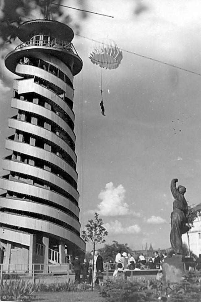 Парашютная вышка и скульптура Парашютистка. 1939 г. Предоставлено: ЦПКиО им. Горького
