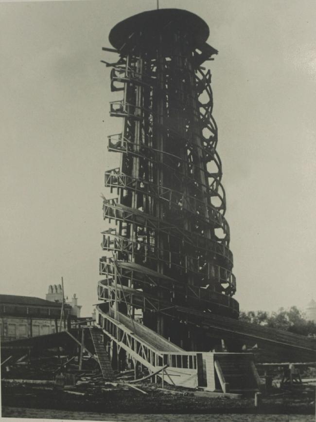 Строительство  парашютной  вышки 1929 г. Источник: архив ЦПКиО им. Горького