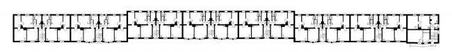 Сблокированные дома «Пёстрого ряда», правая сторона улицы, первая очередь строительства. План домов 1–3 типов (первый и второй этажи совпадают). Изображение предоставлено издательством «БуксМарт»