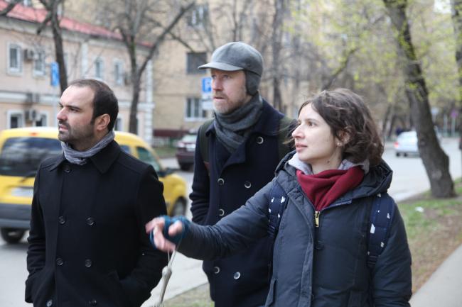 Слева направо: Иво Баррос, Ярослав Ковальчук и Мария Фадеева. Прогулка по территории Шаболовки. Фотография © Александра Чечёткина