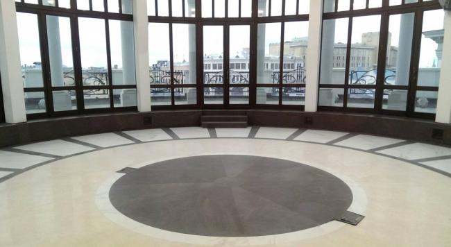 Для поверхности пола были выбраны материалы Pulpis Nat, Marfil Lux и Calacatta Lux коллекции Cotto D′este Exedra. Изображение с сайта arch-skin.ru