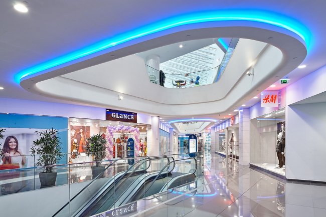 """Interior of the shopping mall part of the shopping and business center """"Vodny"""" © Atrium Architects"""