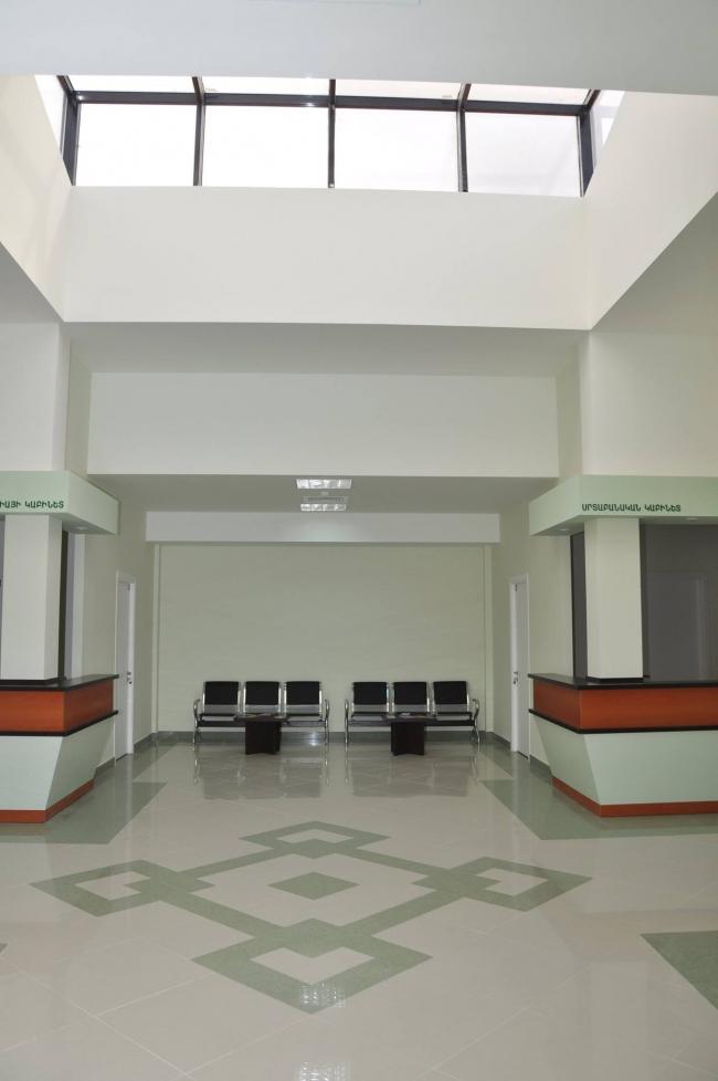 Медицинский центр в селе Кош. Коридор. Изображение: Palimpsest Architects