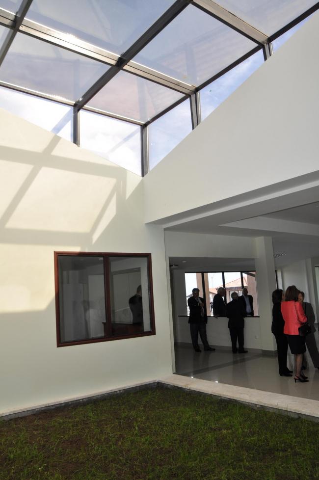 Медицинский центр в селе Кош. Холл. Изображение: Palimpsest Architects