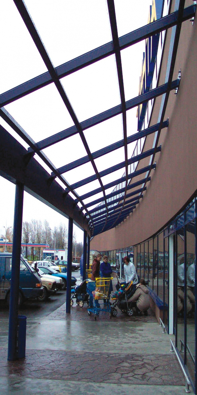 Торговый комплекс «Лента» на ул. Савушкина. Фасад. Постройка, 2001 © Архитектурная мастерская А.А. Столярчука