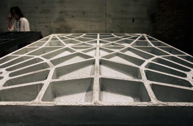 Плита, отлитая из бетона. Биеннале 2016, экспозиция Аравены: проект BRG ETH, ODB и EG. Фотография © Юлия Тарабарина, Архи.ру
